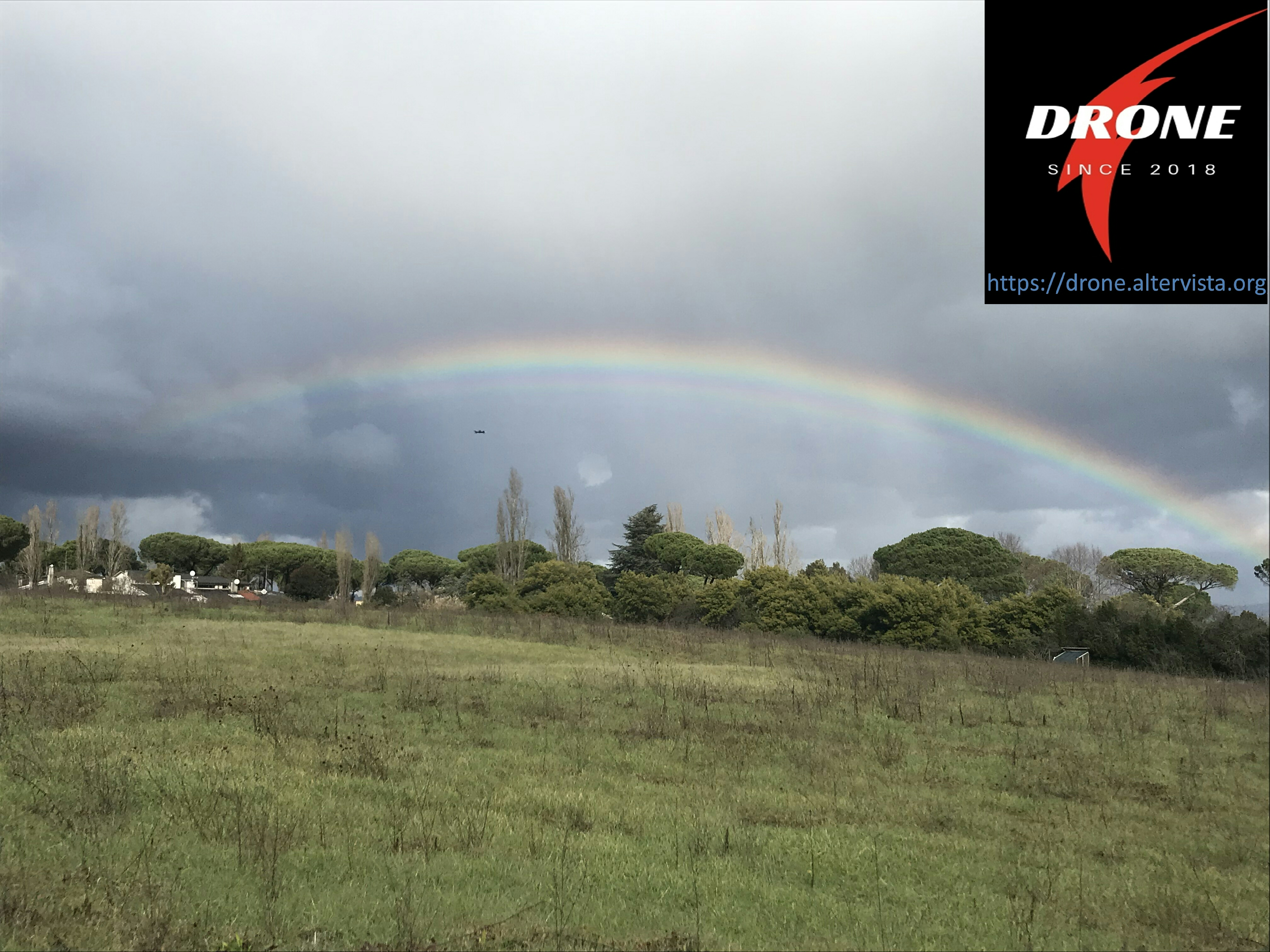 Volo drone con arcobaleno