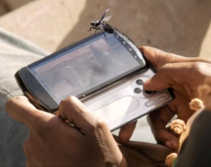"""foto tratta dal film """"il diritto di uccidere"""". possiamo vedere un drone spia dalle dimensioni di un insetto"""